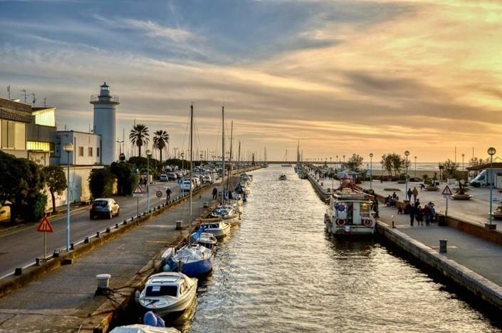 vista del porto di Viareggio dal canale Burlamacca