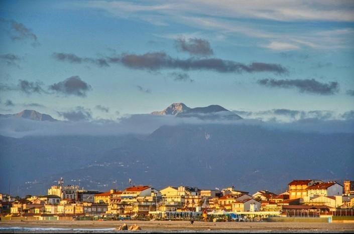 vista-dal-porto-di-Viareggio-alla-Pania-della-Croce