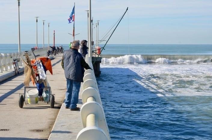 pescatori sul pontile di fote dei marmi